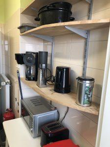 Die Gemeinschaftsküchen von  unseren Wohnungen sind voll ausgestattet mit einem Ceran-Kochfeld, Spüle, Mikrowelle / mit Grillfunktion, Kühlschrank, Kaffemaschine, Toaster, Geschirr, Besteck und sonstigen  Kochutensilien.